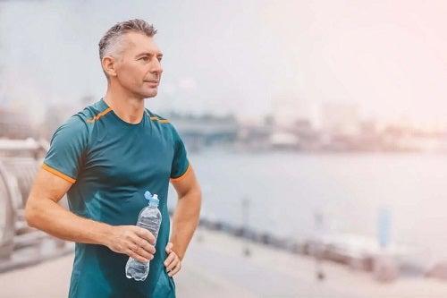 Bărbat care face sport în aer liber