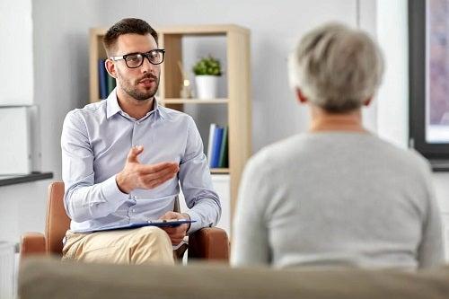 Bărbat aflat la terapie