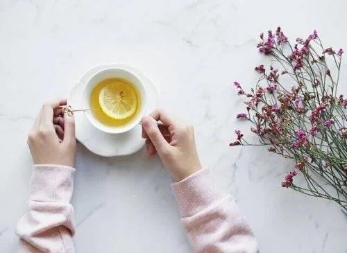 Beneficiile lămâilor adăugate în ceaiuri