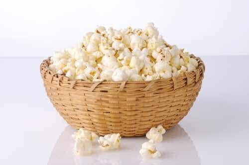 Adevăr sau mit: popcornul îngrașă?