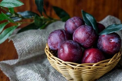 Castron cu prune proaspete