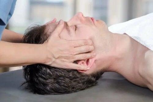 Kinetoterapeut care tratează cauzele luxației temporomandibulare