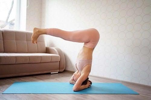 Fată care execută cele mai bune exerciții Pilates
