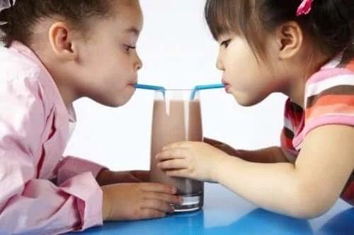 Copii care consumă shake de ciocolată