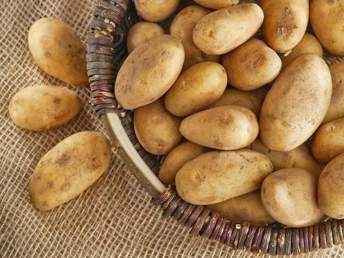 Coș cu cartofi albi