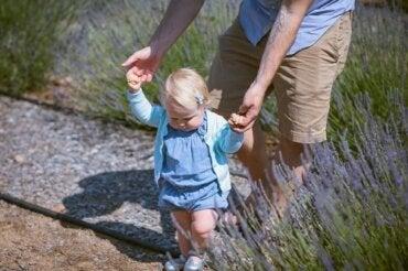10 exerciții pentru a învăța copilul să meargă