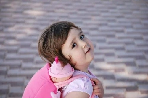 Fetiță ce practică exerciții pentru a învăța copilul să meargă