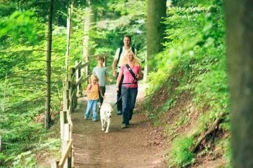 Familie în drumeție pe munte