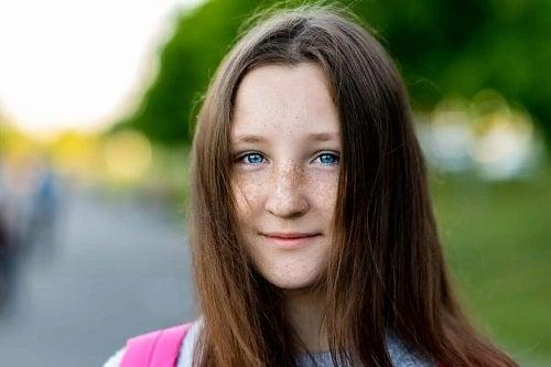 Fată cu ochi albaștri și pistrui