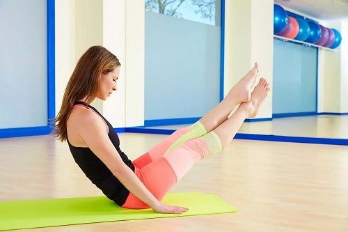 Fată care practică Pilates