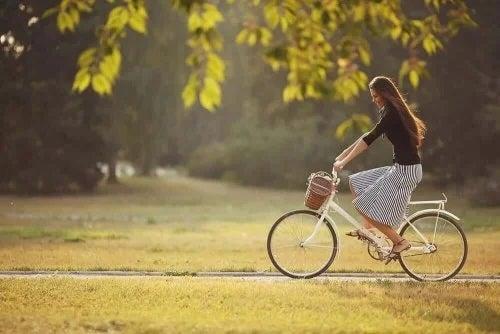 Femeie care merge cu bicicleta