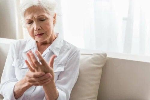 Femeie care cunoaște cauzele mâinilor amorțite