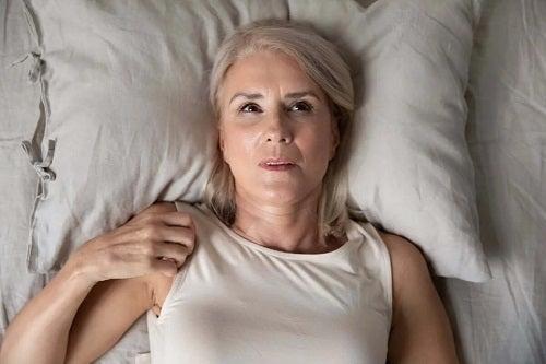 Femeie care suferă de insomnie