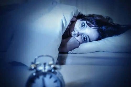Femeie căreia îi este frică de paralizia în somn