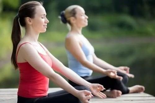 Fete care practică yoga