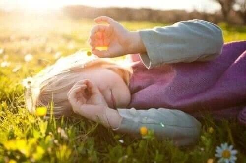 Fetiță fericită în iarbă