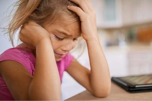 Fetiță care suferă de neajutorarea impusă