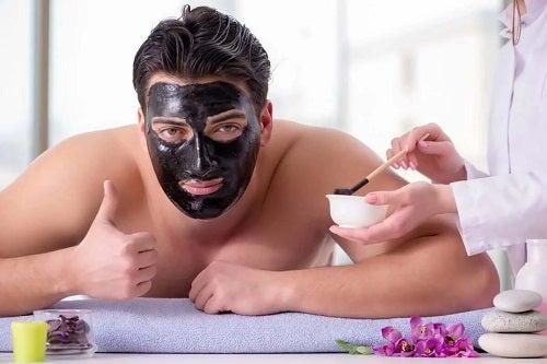Bărbat care știe cum funcționează măștile faciale