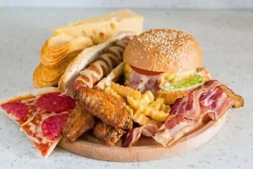 Nu trebuie să mănânci seara alimente fast food