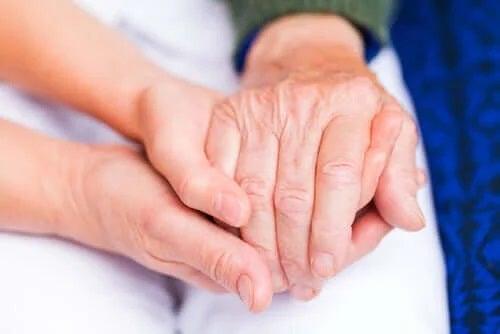 Oameni care se țin de mână