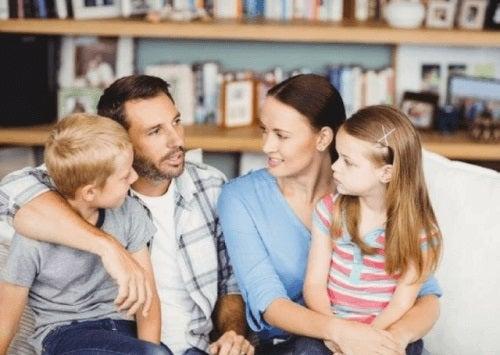 Părinți ce discută despre frica de animale la copii