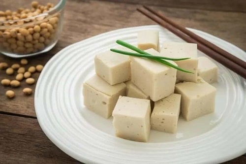 Platou cu cuburi de brânză vegană