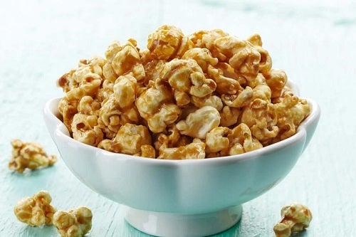 Cum să faci popcorn sănătos aromat la tine acasă