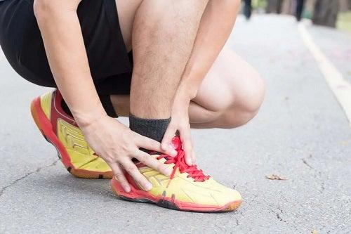 Sportiv care are o durere de gleznă
