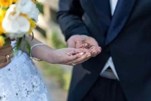 Cuplu de tineri la nuntă