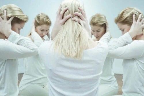 Femeie afectată de mai multe tipuri de schizofrenie