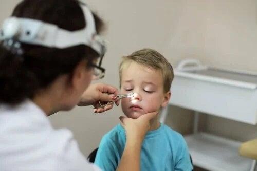 Medic ocupat cu tratamentul adenoitei la bebeluși