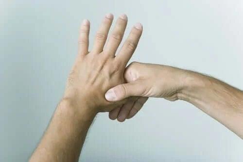 Persoană care își troznește degetele