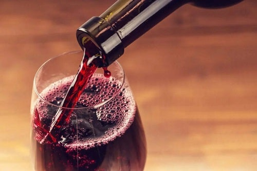 Vin roșu turnat în pahar