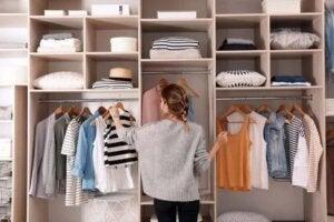 Sfaturi pentru a preveni acumularea hainelor în dulap