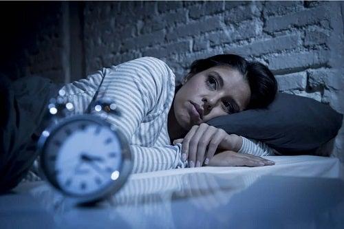 Persoană care suferă de anxietatea pe timp de noapte