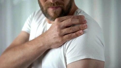 Bărbat care face exerciții pentru tendinita umărului