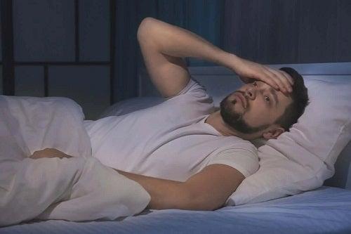 Bărbat care se confruntă cu insomnia din cauza stresului