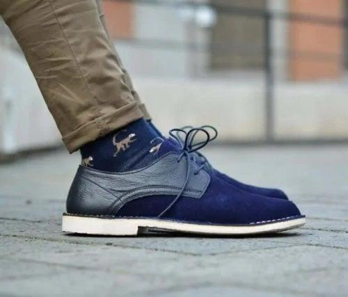 Bărbat care poartă pantofi albaștri