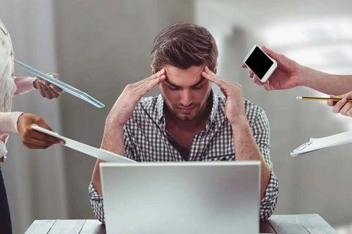 Bărbat stresat la locul de muncă