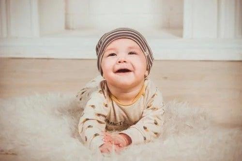 Bebeluș pe covor
