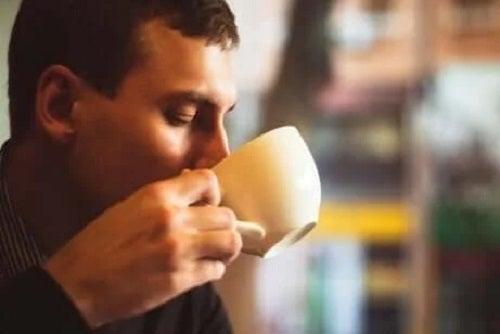 Bărbat care știe cum să bei cafea în mod sănătos