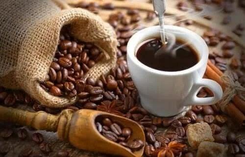 Boabe și cană cu cafea