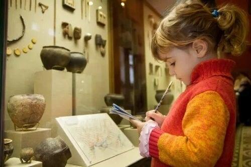Cum să-ți convingi copiii să meargă la muzeu