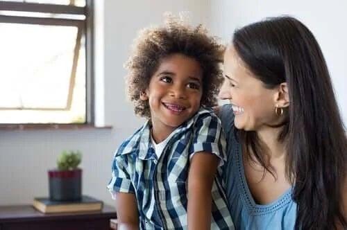 Copil fericit alături de mama lui