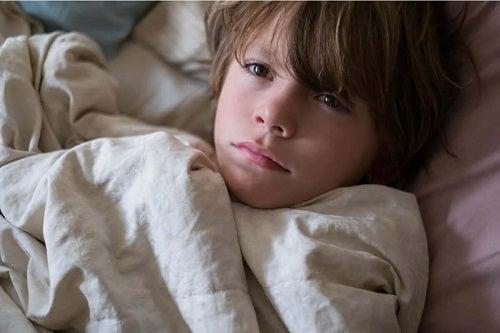 Copil stând în pat