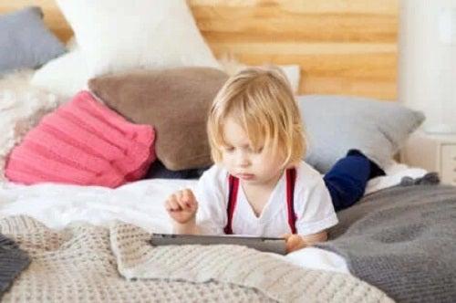 Copil care stă pe tabletă