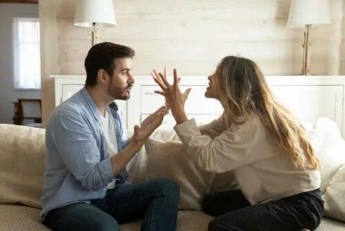 Cuplu care se ceartă