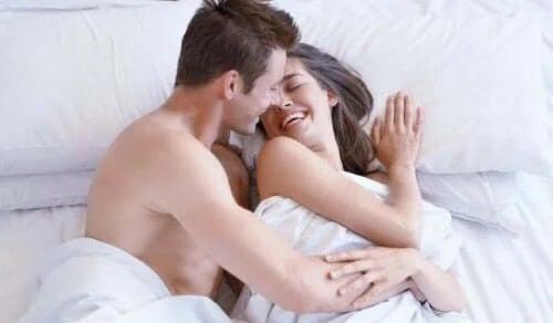 Cuplu fericit în pat după sex