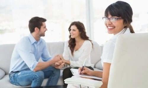 Cuplu care discută la terapie despre stimularea libidoului