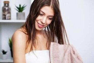 Cum poți să cureți părul gras în mod eficient?